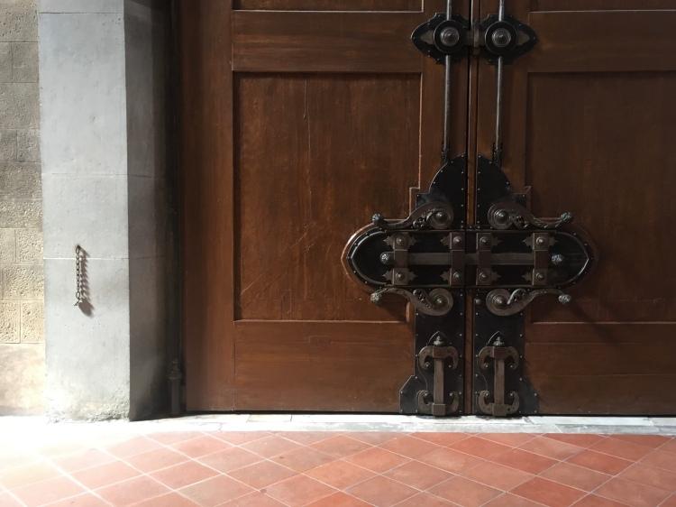 Portone monumentale della basilica di Santa Croce dopo restauro